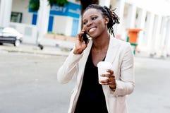 Jeune femme d'affaires au téléphone avec un beau sourire Photo stock