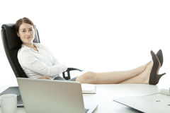Jeune femme d'affaires avec des pieds sur le bureau Photos libres de droits