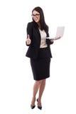 Jeune femme d'affaires avec des pouces d'ordinateur portable d'isolement sur le blanc Photos stock