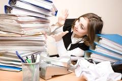 Jeune femme d'affaires avec des tonnes de documents Images stock