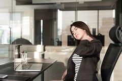 Jeune femme d'affaires avec douleur cervicale Photo stock