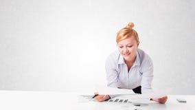 Jeune femme d'affaires avec l'espace blanc simple de copie Photos stock