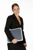 Jeune femme d'affaires avec l'ordinateur portatif sous le bras Photo stock