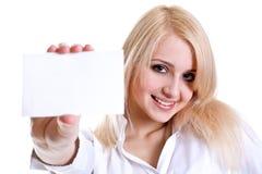 Jeune femme d'affaires avec la carte de visite professionnelle de visite