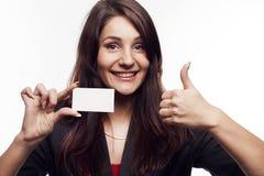 Jeune femme d'affaires avec la carte de visite professionnelle de visite montrant à main le signe correct Images stock