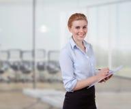 Jeune femme d'affaires avec le folio photos libres de droits