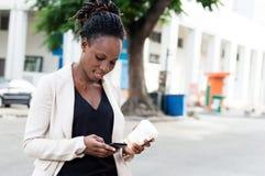 Jeune femme d'affaires avec le téléphone Image stock