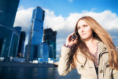 Jeune femme d'affaires avec le téléphone portable images libres de droits