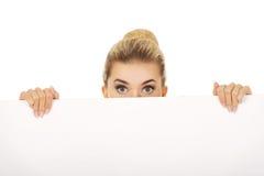 Jeune femme d'affaires avec les yeux étonnés Photos stock