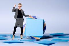 Jeune femme d'affaires avec un doigt augmenté se levant au billboa images libres de droits