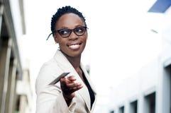 Jeune femme d'affaires avec une carte de crédit Photo stock