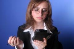 Jeune femme d'affaires avec une paume dans des ses mains Photographie stock libre de droits