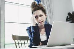 Jeune femme d'affaires ayant beaucoup le dur labeur Image libre de droits