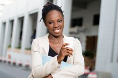 Jeune femme d'affaires ayant le café dehors photographie stock