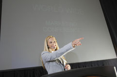 Jeune femme d'affaires At Business Convention Photographie stock