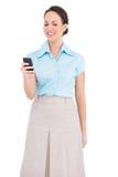 Jeune femme d'affaires chique de sourire envoyant le message textuel Photos libres de droits