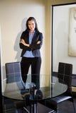 Jeune femme d'affaires confiante Images stock