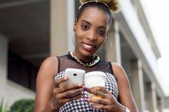 Jeune femme d'affaires consultant son téléphone portable Image stock