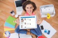 Jeune femme d'affaires créative montrant son comprimé 3d Photographie stock