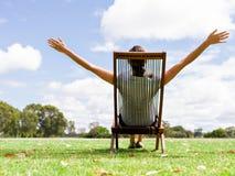 Jeune femme d'affaires détendant pendant sa coupure en parc images libres de droits