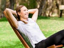 Jeune femme d'affaires détendant pendant sa coupure en parc image stock