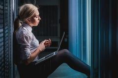 Jeune femme d'affaires d'ingénieur dans la chambre de serveur Photographie stock libre de droits