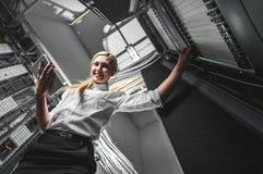 Jeune femme d'affaires d'ingénieur dans la chambre de serveur Images stock