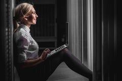 Jeune femme d'affaires d'ingénieur dans la chambre de serveur Image libre de droits