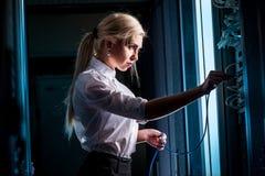 Jeune femme d'affaires d'ingénieur dans la chambre de serveur de réseau Photos stock