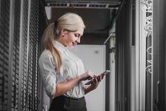 Jeune femme d'affaires d'ingénieur dans la chambre de serveur de réseau Photos libres de droits