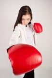 Jeune femme d'affaires dans des gants de boxe Photos stock