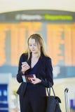 Jeune femme d'affaires dans l'aéroport international Photographie stock libre de droits