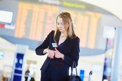 Jeune femme d'affaires dans l'aéroport international Image libre de droits