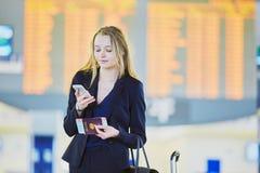 Jeune femme d'affaires dans l'aéroport international Photos libres de droits