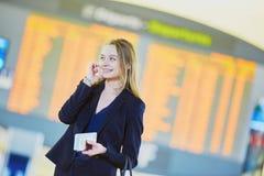 Jeune femme d'affaires dans l'aéroport international Images libres de droits