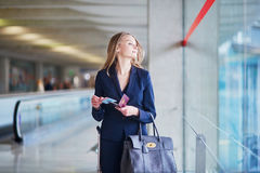 Jeune femme d'affaires dans l'aéroport international Images stock