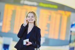 Jeune femme d'affaires dans l'aéroport international Image stock
