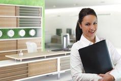 Jeune femme d'affaires dans l'environnement de bureau Photo stock