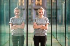 Jeune femme d'affaires dans l'intérieur en verre moderne Photographie stock