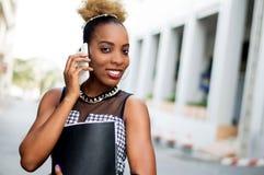Jeune femme d'affaires dans la communication dehors Images stock
