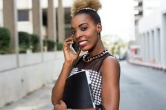 Jeune femme d'affaires dans la communication dehors Image libre de droits