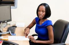 Jeune femme d'affaires dans le bureau Photo stock