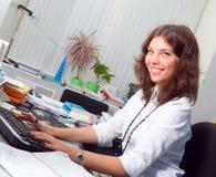 Jeune femme d'affaires dans le bureau Images stock