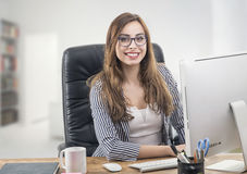 Jeune femme d'affaires dans le bureau Photo libre de droits
