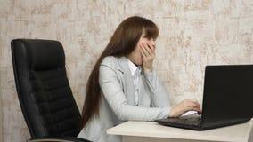 jeune femme d'affaires dans son lieu de travail Belle femme de femme d'affaires dans la correspondance d'affaires sur un ordinate banque de vidéos