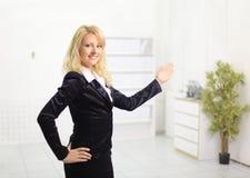 jeune femme d'affaires dans un bureau Photo stock