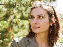 Jeune femme d'affaires dans un environnement naturel Photographie stock