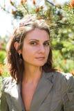 Jeune femme d'affaires dans un environnement naturel Photos stock
