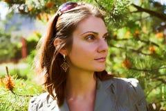 Jeune femme d'affaires dans un environnement naturel Images libres de droits