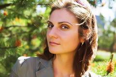 Jeune femme d'affaires dans un environnement naturel Image libre de droits